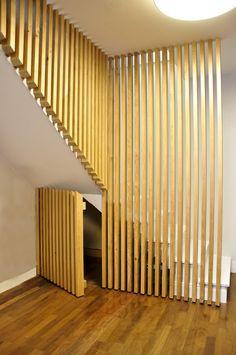 Conception d'un garde-corps en chêne clair dans un esprit contemporain par l'agence de décoration Bel Ordinaire. Réalisation par Lynium, créateur de mobilier sur mesure.
