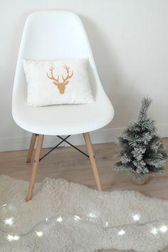 Collection 100% lin - Coussin en lin blanc et cerf doré, pour une décoration tendance et raffinée : Textiles et tapis par 3-pommes-dans-un-panier