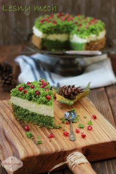 Pyszne wilgotne ciasto ze szpinakiem, któremu ciacho zawdzięcza swą piękna, charakterystyczna barwę, przełożone masą śmietankowo-cytrynową.