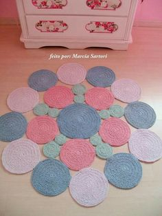 Crochet is a precious hand crocheted floral rug for indoor and outdoor. The flowers and leaves that form the rug are hand crocheted and then sewn by hand. Crochet Carpet, Crochet Quilt, Crochet Home, Love Crochet, Diy Crochet, Crochet Crafts, Crochet Doilies, Hand Crochet, Crochet Projects