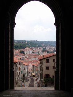 Vista desde la Catedral  Le Puy-en-Velay. Auvernia ( Francia) http://www.viajesenfamilia.it/