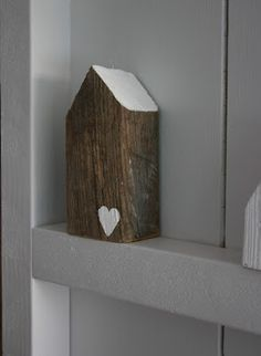 DIY wood house - wood houses - decor - vergrijst hout, wit hartje, grey wood with a white hart Driftwood Crafts, Wooden Crafts, Ideias Diy, Diy Décoration, Grey Wood, Miniature Houses, Home And Deco, House In The Woods, Little Houses