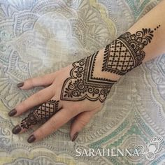 Mehndi is one of the most important part of Hindu Vedika Ritual book. Once you're done with this list of simple mehndi designs for hands, you'll have a lot of favorites. Get ready to create your own masterpiece mehndi! Simple Henna Tattoo, Henna Tattoo Hand, Henna Body Art, Henna Tattoo Designs, Unique Mehndi Designs, Beautiful Henna Designs, Simple Mehndi Designs, Mehndi Designs For Hands, Arte Mehndi