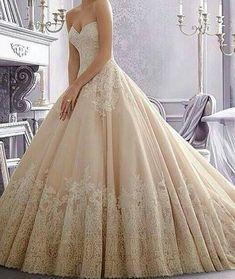me encanta el color y el detalle en el borde del vestido