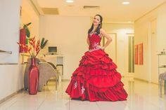 Juliana, ousando, em seu vestido de debutante vermelho.