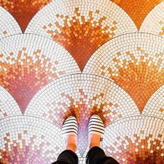Mosaic floor design ideas for makeover your home 54 - Savvy Ways About Things Can Teach Us Floor Patterns, Tile Patterns, Textures Patterns, Floor Design, Tile Design, Pattern Design, Mosaic Art, Mosaic Tiles, Mosaics
