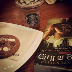 Hora de un #starbucks mientras leo #shadowhunters #book #coffee #chocolate #libros  (en Starbucks Coffee)