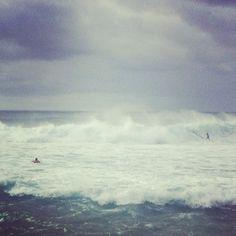 Así son las olas en la playa de Pipeline. North Shore de Oahu, Hawaii.