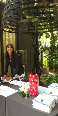 La reception del corso nel parco all'esterno del Gazebo (la nostra aula).  Barbara Guidi accoglie i nostri ospiti.