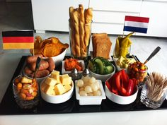 hapjes verjaardag - Google zoeken Tapas, Clean Recipes, Snack Recipes, Healthy Recipes, Snacks Für Party, Appetizers For Party, Typical Dutch Food, Charcuterie, Picnic Foods