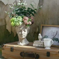 Old-world art inspires the season's most sensational winter floral designs, as in this holiday-themed bust. Greek Goddess Statue, Beton Design, Foto Art, Flower Vases, Statues, Sweet Home, Bedroom Decor, Artist, Pictures