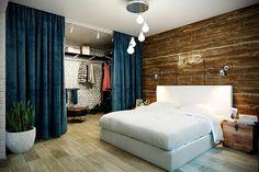 Открытая гардеробная за шторой в спальне фото