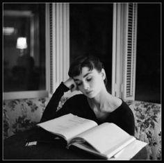 """Audrey Hepburn leyendo. Ilustra un tweet de @Oscuraseduccion para referirse a una cita de Jorge Luis Borges """"El verbo leer, como el verbo amar y el verbo soñar, no soporta el modo imperativo. #Hepburn. #Women #Reading"""
