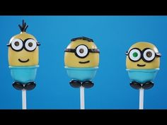 Ro teams up with Kevin, Stuart and Bob to make a delicious and easy Minions Cake Pops recipe! These Minion Cake Pops are so adorable you could eat 'em up! Minion Cake Pops, Minion Cupcakes, Cupcake Cakes, Fun Cakes, Easy Minecraft Cake, Minecraft Houses, Monster High Cakes, Cake In A Can, Minion Movie