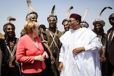 WEBSTA @ bundeskanzlerin - Bundeskanzlerin Angela #Merkel bei der Begrüßung in #Niger mit Präsident Issoufou Mahamadou. #Afrika