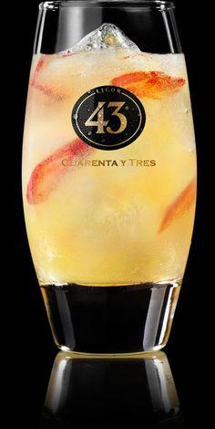 35 ml Licor 43 Flesje gemberbier 3 á 4 schijfjes rode peper Schil van één sinaasappel