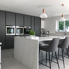 We hope everyone is having a good bank holiday! ☀️ This is perfect for entertaining friends and family 🥂 The Milano Contour Slate doors contrast perfectly with the marble worktop ❤️ Open Plan Kitchen Diner, Kitchen Diner Extension, White Marble Kitchen, Gray And White Kitchen, New Kitchen Interior, Kitchen Decor, Kitchen Ideas, Wren Kitchen, Kitchen Living