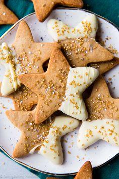 Flavorful maple cinnamon star cookies using a basic and easy sugar cookie dough! Recipe on sallysbakingaddiction.com