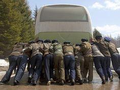 """Coréia do Norte: """"Isso é o que acontece quando o ônibus quebra no meio do caminho."""" (Foto: Eric Lafforgue)"""