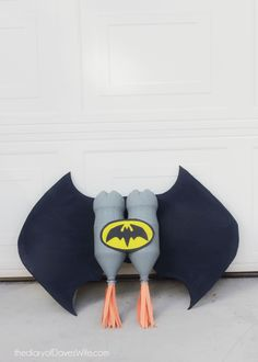 نتيجة بحث الصور عن diy bottles for kids costumes Batman Costume For Kids, Kids Costumes Boys, Family Halloween Costumes, Boy Costumes, Super Hero Costumes, Holidays Halloween, Batman Crafts, Diy For Kids, Crafts For Kids