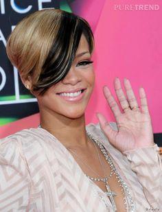 Parmi les  coiffures afro  testées par Rihanna, il y a eu cette coupe courte et bicolore, parée d'une longue frange mèche stylée (mais qui lui cache un peu la vue).