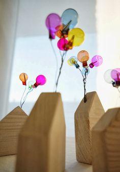 Geschwister Gezwitscher: Tischdekoration mit Holzhäusern und bunten Glasballons, party decoration with wooden houses and glas balloons, movie up