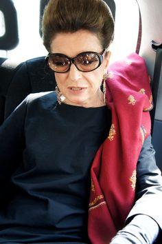 Look do dia de Costanza: vestido COS, pashmina indiano, óculos Prada ...
