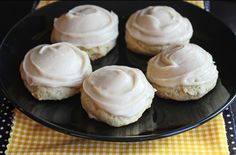 These Soft Frosted Banana Bread Cookies are delightful, truly. They taste a lot like a heavenly bite of banana bread with the addition of a smooth brown sugar frosting spread on top. They taste eve… No Bake Cookies, Yummy Cookies, Cupcake Cookies, Yummy Treats, Sweet Treats, Cupcakes, Dessert Dips, Köstliche Desserts, Delicious Desserts