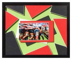 Rugby : Mêlée  Pour continuer les cadres réalisés sur les photos du concours 2015, voici ma version de la mêlée du Stade Toulousain!  La photo est collée sur une cartonnette dépassante blanche, puis sur 3 rectangles de cartonnette habillés de rouge,...