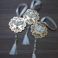 Pingente de porta Divino Espírito Santo.  Mandala fabricado em MDF, divino em resina e móbile com franja e cristais.  Ideal para pendurar na porta, parede, presentear.    *Imagens meramente ilustrativas.