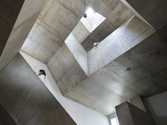 House In Nishiochiai by Suppose Design Office /  日本東京單一家庭的透天私宅,天窗開口讓自然光沿著天井梯由上引入,照亮居家生活的每一個角落。