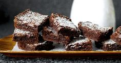 one-bowl, chewy-fudgy brownies by smitten kitchen. Have I mentioned that I LOVE Deb from Smitten Kitchen? Beste Brownies, Fudgy Brownies, Chocolate Brownies, Homemade Brownies, Cocoa Chocolate, Melted Chocolate, Köstliche Desserts, Delicious Desserts, Dessert Recipes