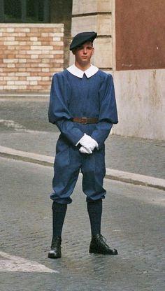 http://upload.wikimedia.org/wikipedia/commons/5/57/Swiss_Guardsman_in_regular_duty_uniform.jpg