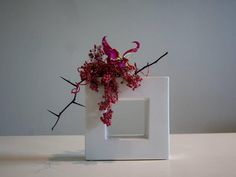 Ikebana Sogetsu (realizzato da Luca Ramacciotti) Ikebana Arrangements, White Flower Arrangements, Ikebana Flower Arrangement, Arte Floral, Deco Floral, Floral Design, Simple Flowers, Love Flowers, Flower Show
