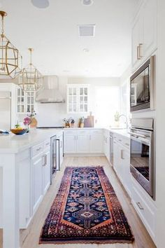 Find new ideas for using rugs in your interior design in your living room, dining room, bedroom and entryway with these gorgeous home decor accessories. Try a rug as a wall hanging, a kilim rug in the bathroom, or as upholstery.