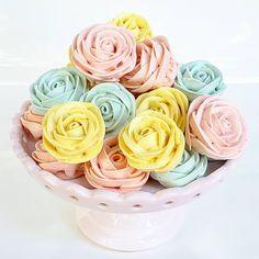 """Priscila Cantinho on Instagram: """"Bom dia sábado lindo, florido e cheio de produção!!!! Flores recheadas de choco belga do livro Suspiros e Mais. Ah, falando nisso, essa…"""" Rose, Plants, Instagram, Book, Flowers, Pink, Plant, Roses, Planets"""