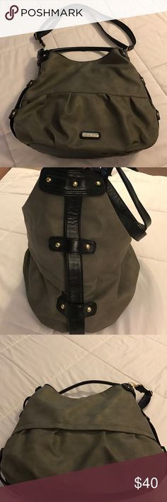 Steve Madden Bag Gray leather Steve Madden bag. Top closes with zipper. Inside has two non zipper pockets and one zipper pocket. Features two straps one can be removed. Excellent condition no rips or stains and the inside is spotless 😀 Steve Madden Bags