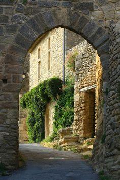 Promenade dans les ruelles de Saignon. #saignon #luberon #sud #suddelafrance #randonnee #vaucluse #paca #provence #provencealpescotedazur #villageperche #detoursenfrance #visitfrance #france #patrimoine #patrimoinefrancais