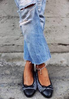 How to wear boyfriend jeans with boots sincerely jules ideas for 2019 Jean Boyfriend Destroy, Boyfriend Jeans, Sincerely Jules, Chanel Flats, Coco Chanel, Christian Louboutin, Denim Flats, Estilo Denim, Mode Jeans