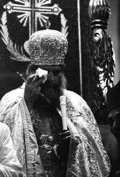 Primeras lágrimas de Kirillos IV después de su entronización como Patriarca de los coptos de Egipto, país que fue cristianizado en el siglo I por San Antonio y San Marcos.