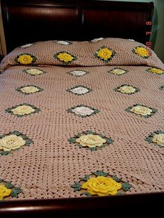 VINTAGE RETRO SHABBY YELLOW FLOWER ROSE GARDEN CROCHETED GRANNY SQUARE PATCHWORK BED SPREAD - BLANKET 105 x140