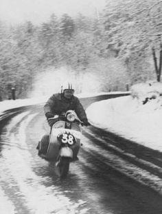 Piaggio Vespa, Vespa Lambretta, Vespa Scooters, Vespa 200, Classic Vespa, Vespa Girl, Vintage Vespa, Vintage Italy, Old Motorcycles