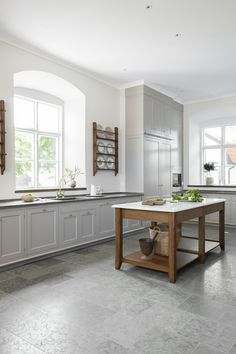 Diskbänken har skiva i kalksten från Kinnekulle. Vask finns i porslin eller sten som marmor från Carrara. Klassiska  Roma , en rustikt elegant tvågreppskran, görs i mässing eller brons. Kitchen Interior, Modern Interior, Kitchen Decor, Interior Design, Shaker Kitchen, Old Kitchen, Simply Home, Bright Homes, Kitchen Photos