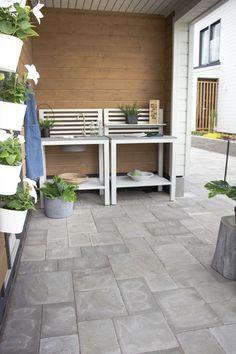 Kesäkeittiö. Kiveyksenä roomalaiset kivet profiloidulla pinnalla, väri harmaa. Joko, Garage Doors, Patio, Outdoor Decor, Roman, Space, Home Decor, Display, Homemade Home Decor