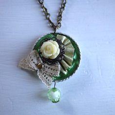 Sautoir couleur bronze capsule de café nespresso recyclée verte claire avec fleur couleur ivoire et noeud en dentelle