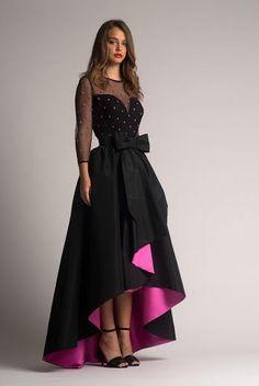 Conjunto corte Tail Hem, realizado en tafetán negro con fondo rosa y lazo en la cintura by Moskada | Boutique Clara