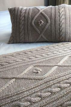 Pie de cama tejido y funda de almohada tejida Flowers. Hilado: lana- acrílico- algodón. Diseño propio. Knitting Stitches, Baby Knitting, Knitting Patterns, Crochet Patterns, Knitted Cushions, Knitted Blankets, Crochet Projects, Sewing Projects, Crochet Bedspread
