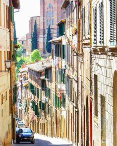 Italia  sur Instagram:  #Strade di #Siena #Toscana  Photo by: @thanushka___
