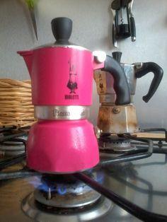 Ninella si concentrò sulla moka, che per nulla al mondo avrebbe sostituito con le cialde: il caffè è l'attesa, il viaggio, il rumore e l'odore #lacenadinatale @luca_bianchini