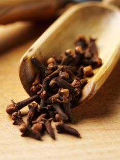 Health Tip: In ayurvedic tradition clove is known for its many health benefits. They temporarily relieve toothache, relieve upper respiratory infections, reduce inflammation, treat scrapes and bruises, improve digestion and improve sexual health. Cloves Benefits, Chocolate Slim, Ras El Hanout, Spices And Herbs, Saveur, Food Styling, Spice Things Up, Herbalism, Food Photography